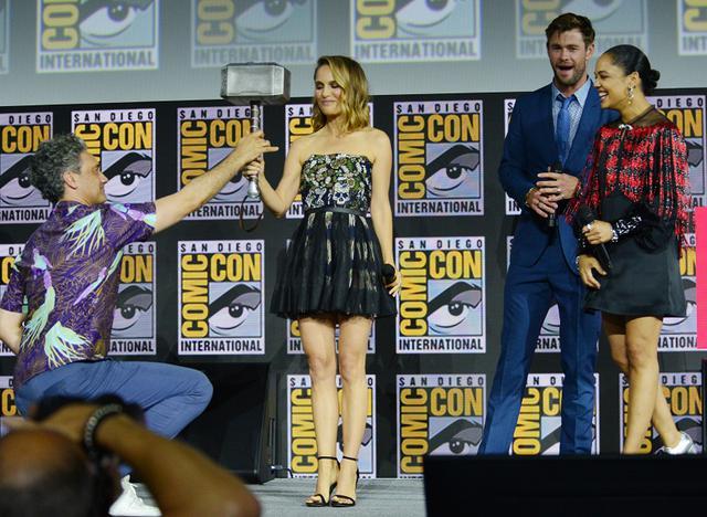 画像: 2019年夏のサンディエゴ・コミコンにて。左から:タイカ・ワイティティ監督、ナタリー・ポートマン、クリス・ヘムズワース、ヴァルキリー役のテッサ・トンプソン。