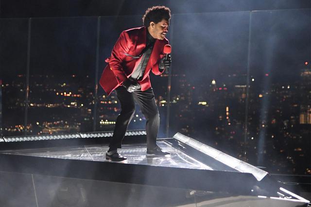 画像: MTVビデオ・ミュージック・アワード(VMA)でパフォーマンスを披露するザ・ウィークエンド。