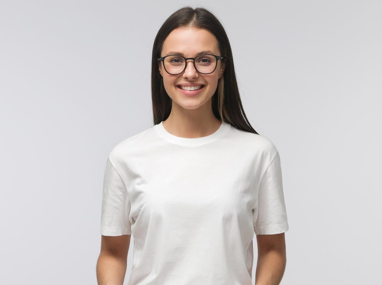 画像: 真っ白の服を着てチェック