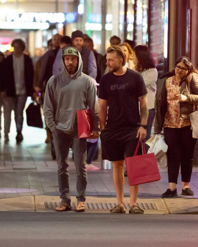 画像: アデレードのショッピングモールに映画スタッフたちと買い物に出かけたザック。