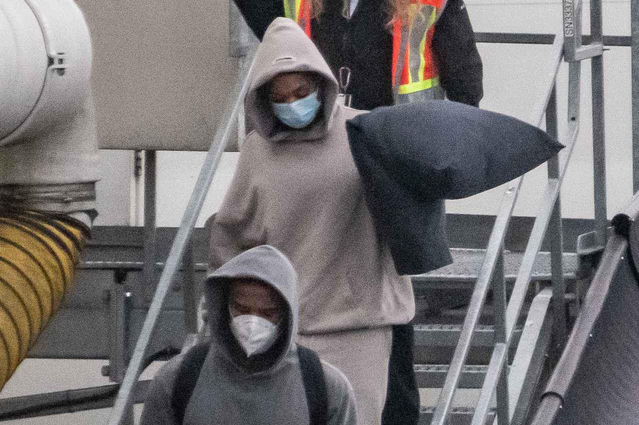画像: 飛行機から一緒に降りてくるマイケル・B・ジョーダン(下)と、マイケルの新恋人とウワサされるロリ・ハーヴェイ(上)。