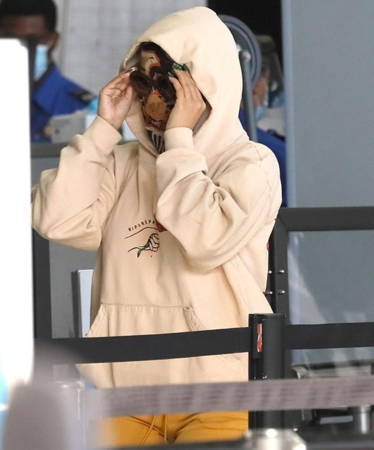 画像3: 空港に現れたカーディ・Bがもはや誰レベル