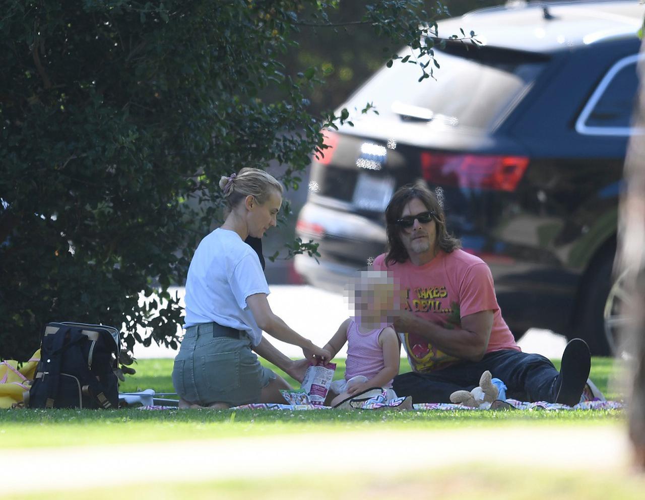 画像: 5月にパパラッチが撮影したピクニック風景。ノーマンとダイアンのリクエストにより、パパラッチは長女の顔にモザイクをかけている。