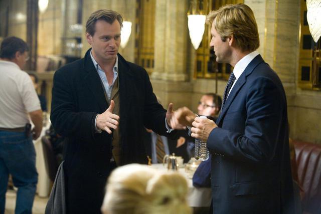 画像: 撮影現場でのクリストファー・ノーラン監督(左)とアーロン・エッカート(右)。
