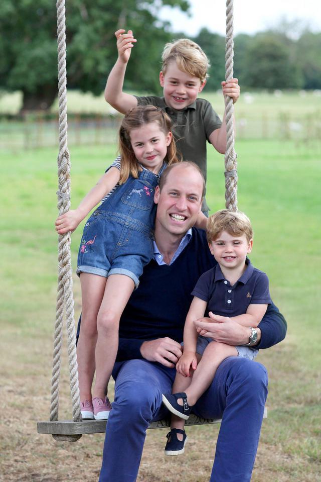 画像: 6月のウィリアム王子の38歳の誕生日に合わせて公開されたキャサリン妃撮影の親子ショット。