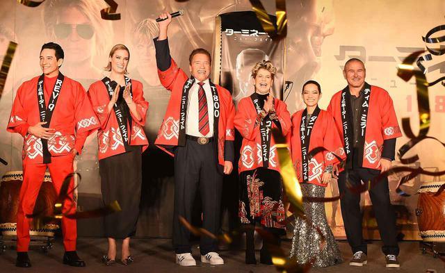 画像: ジャパンプレミアに参加したキャスト。左からガブリエル・ルナ、マッケンジー・デイヴィス、アーノルド・シュワルツェネッガー、リンダ・ハミルトン、ナタリア・レイエス、ティム・ミラー監督。