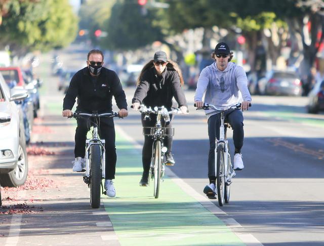 画像2: シュワちゃんが子供たちとサイクリング