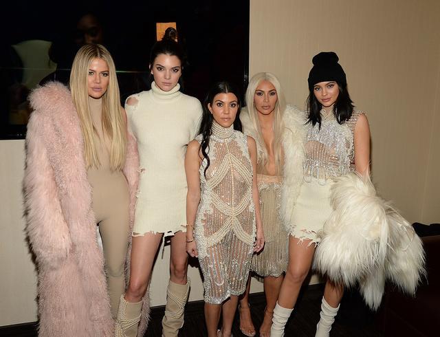 画像: 姉妹が最後に5人そろってレッドカーペットイベントで記念撮影したのは、2016年に開催された次女キム・カーダシアンの夫でラッパーのカニエ・ウェストが手がけるファッションブランド「Yeezy(イージー)」の3度目のコレクションの発表会。左から:クロエ、ケンダル、コートニー、キム、カイリー。