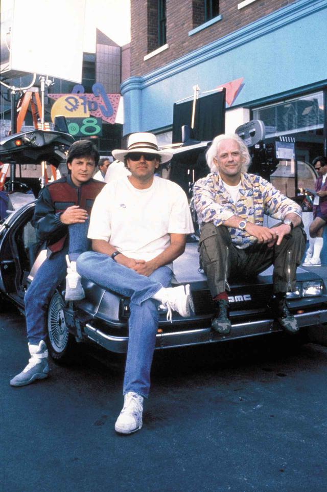画像: 撮影現場でのマイケル・J・フォックス(左)、ロバート・ゼメキス監督(中央)、クリストファー・ロイド(右)。
