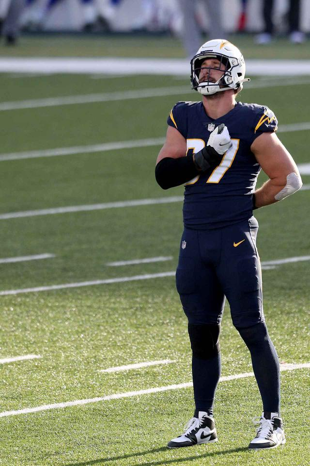 画像2: NFLの試合で選手が『進撃の巨人』のポーズをとる