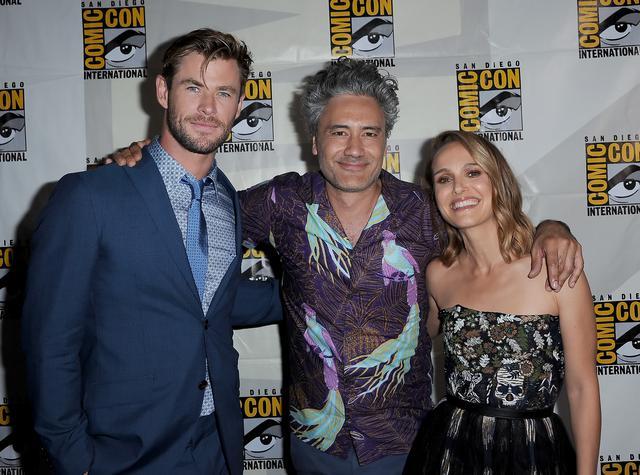 画像: 監督を務めるタイカ・ワイティティ(中央)と、クリスとナタリー。