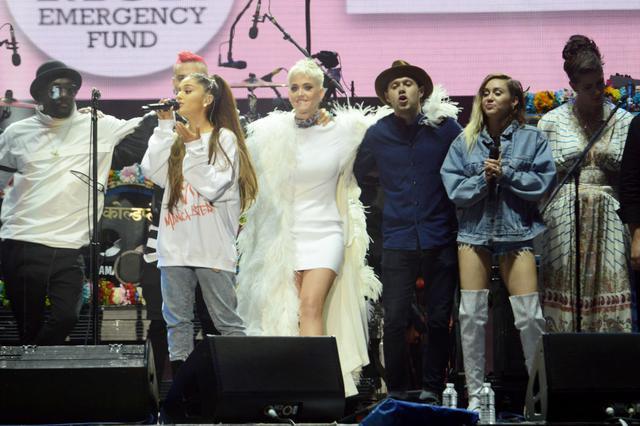 画像: アリアナ主催のチャリティコンサート『One Love Manchester(ワン・ラブ・マンチェスター)』のフィナーレの模様。