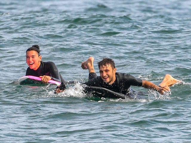 画像: デュア・リパ&アンワー・ハディッド、海で「ジブリ風」のサーフィンデート? - フロントロウ -海外セレブ情報を発信