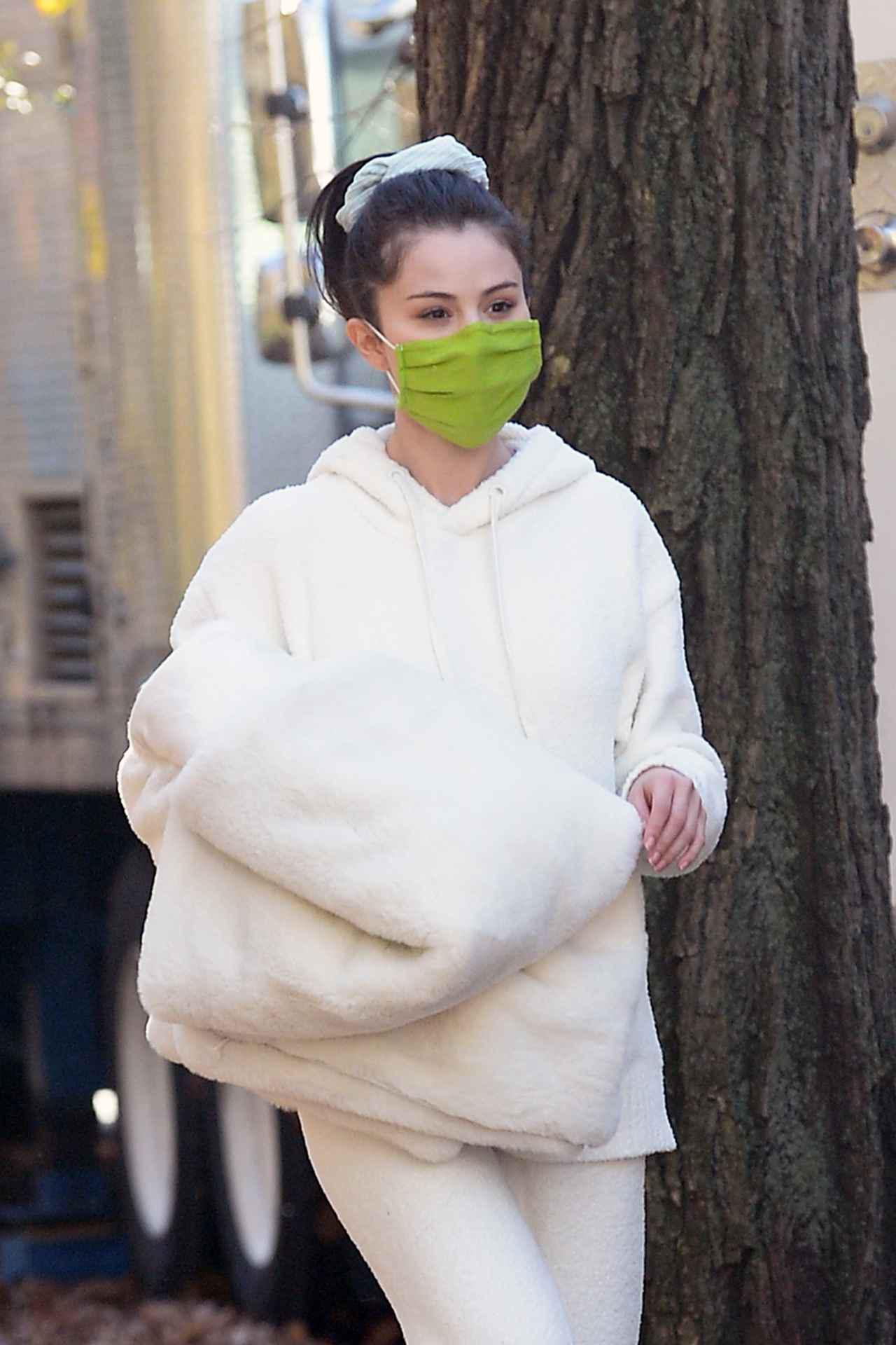 """画像3: セレーナ・ゴメスが""""もこもこファッション""""で撮影に臨む"""