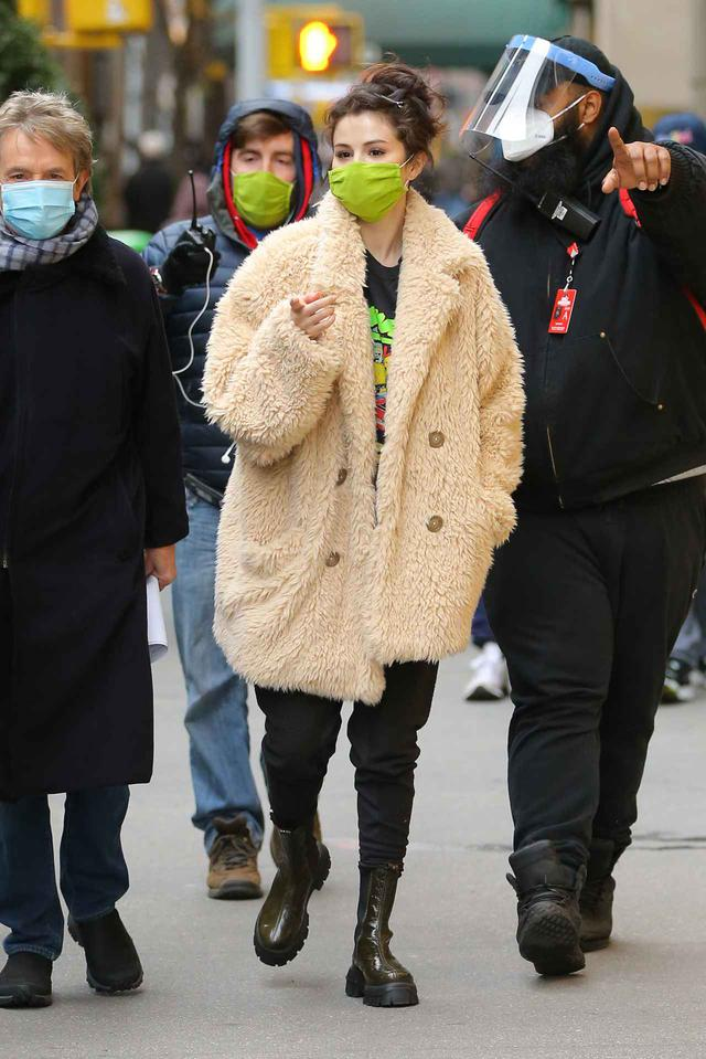 """画像6: セレーナ・ゴメスが""""もこもこファッション""""で撮影に臨む"""