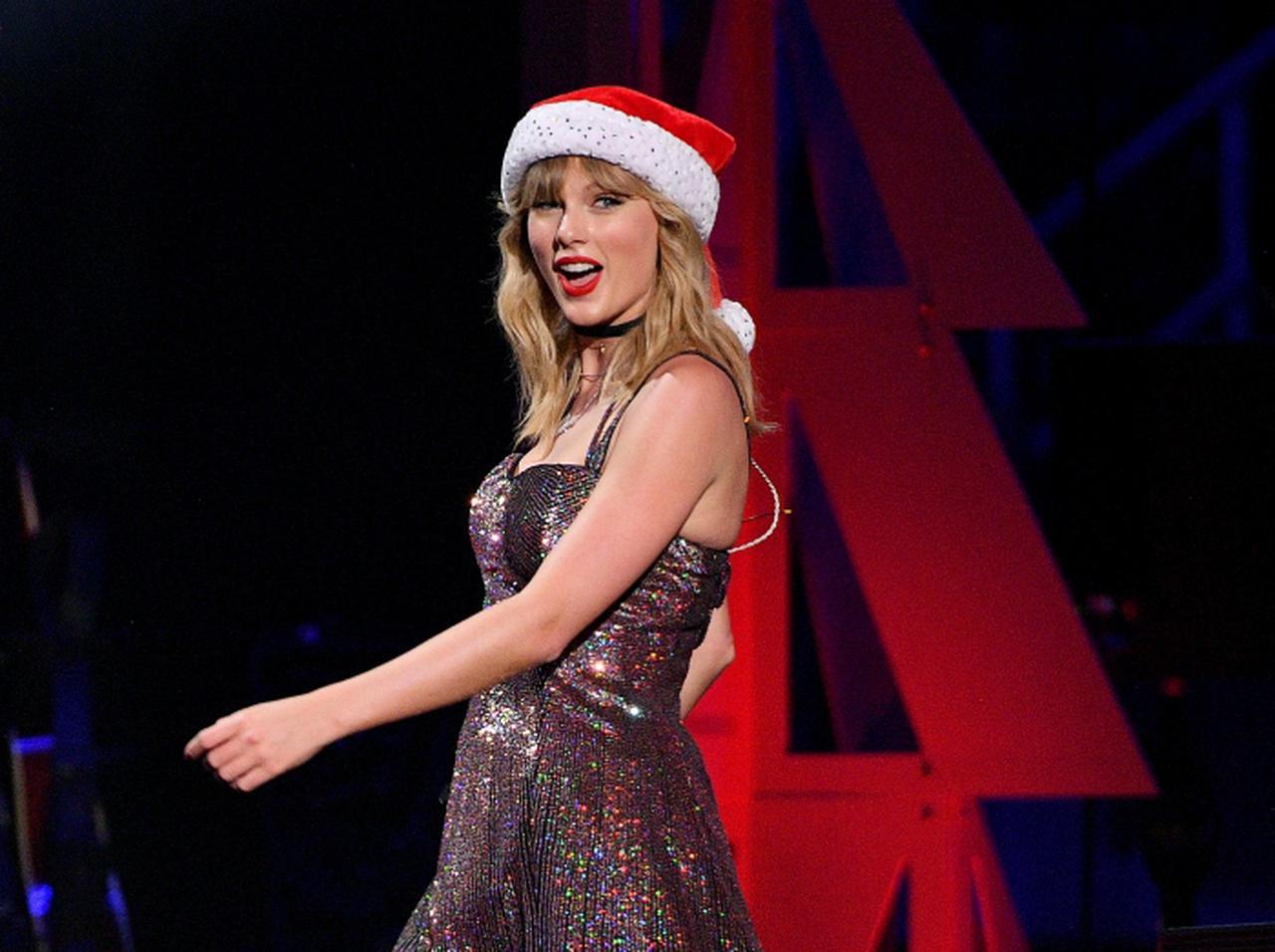 画像: テイラー・スウィフト、一般人宅のクリスマス電飾に感動し思わずサンタになる - フロントロウ -海外セレブ情報を発信