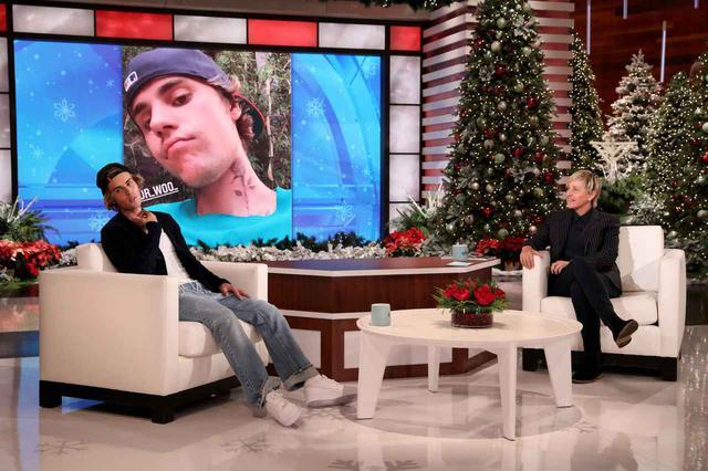 画像: 『エレンの部屋』のホリデーシーズンのスペシャルゲストとして登場したシンガーのジャスティン・ビーバー(左)と、新型コロナ感染を発表したエレン・デジェレネス(右)。