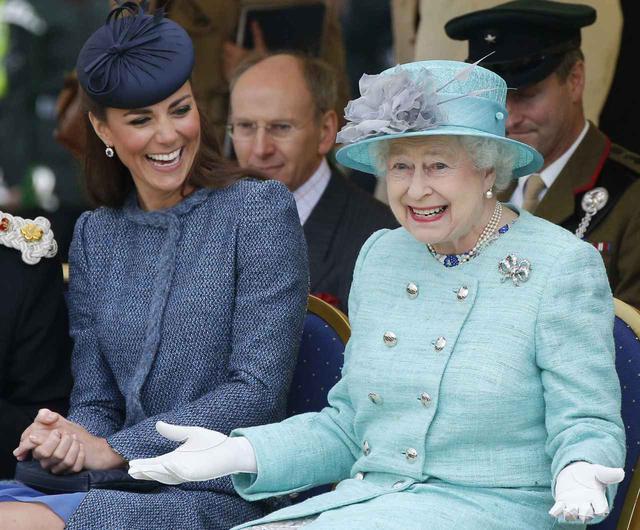 画像: エリザベス女王のツイッター運営者が凡ミス