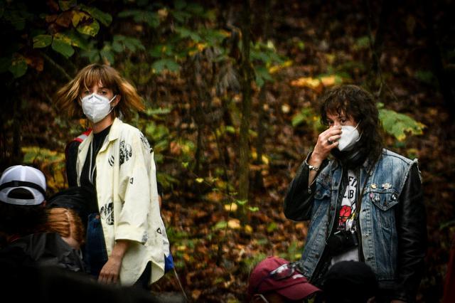画像: ロビンを演じるマヤ・ホークと、ジョセフ・クイン。