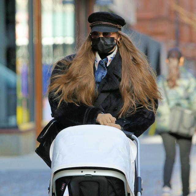 画像1: ジジ・ハディッドがベビーカーを押して散歩へ