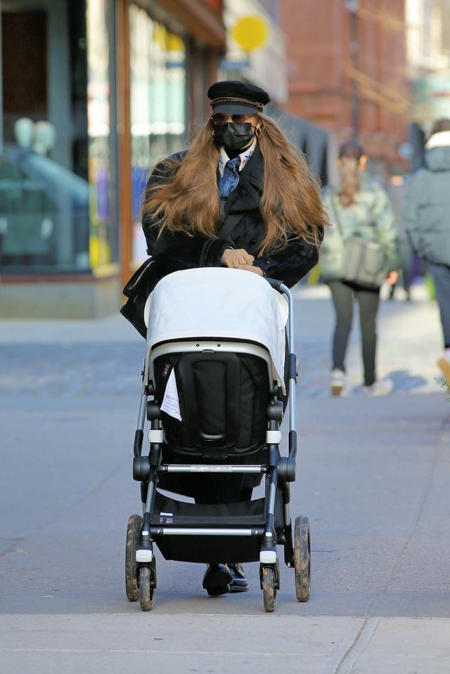 画像3: ジジ・ハディッドがベビーカーを押して散歩へ