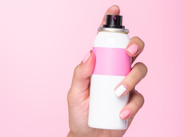 画像: ヘア用のスタイリング剤で眉メイクのヨレ防止