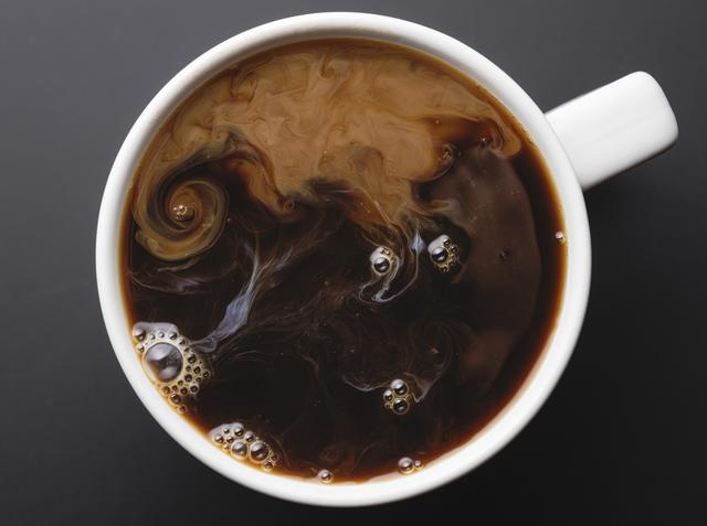 画像: カフェインやアルコール、塩分を控えめに