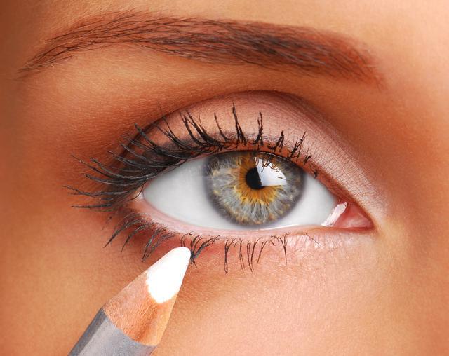 画像: 白いペンシルアイライナーで眉を強調