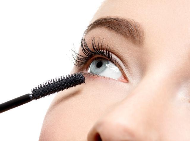 画像: 目元をぱっちりと見せるマスカラの塗り方