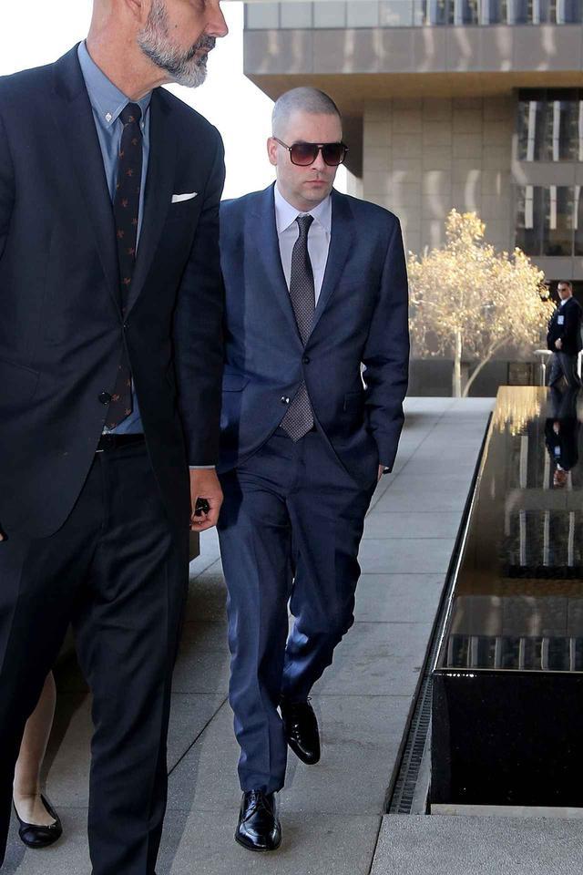 画像: 2017年12月、弁護チームとともに裁判所に到着したマーク。