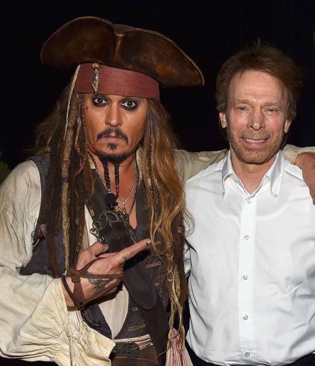 画像: ジャック・スパロウに扮したジョニー・デップ(左)とジェリー・ブラッカイマー氏(右)。