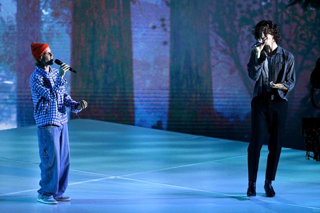 画像: アメリカン・ミュージック・アワードでコラボ曲「Monster 」のパフォーマンスを初披露したジャスティン・ビーバー(左)とショーン・メンデス(右)。