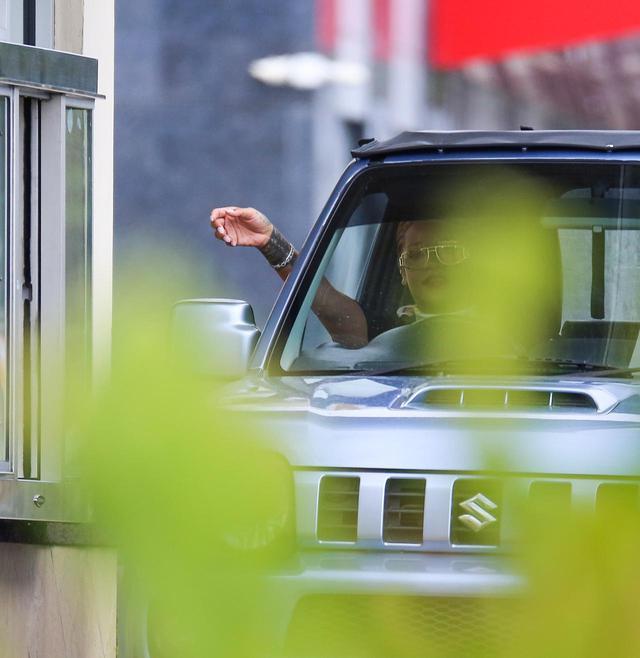 画像: 2019年夏にキャッチされた、故郷でスズキのジムニーを運転するリアーナの姿。
