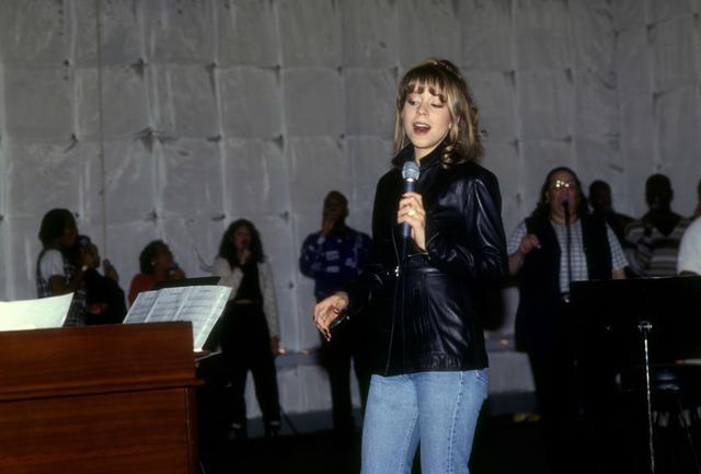 画像: 1994年12月、ニューヨーク・マンハッタンにあるセント・ジョン・ザ・ディヴァイン大聖堂でのリハーサル風景。この日マライアは、その後何百回、何千回とパフォーマンスすることになる「恋人たちのクリスマス」を人生で初めて観客たちの前で披露した。