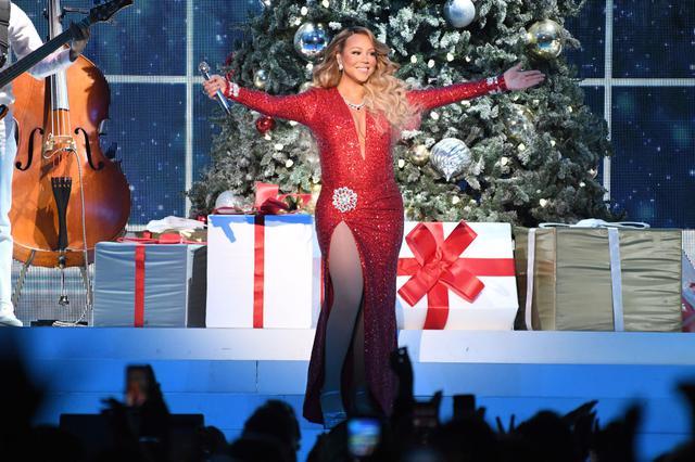 画像: 2019年ニューヨークのマディソン・スクエア・ガーデンで行われた『All I Want For Christmas Is You』ツアーのステージにて。