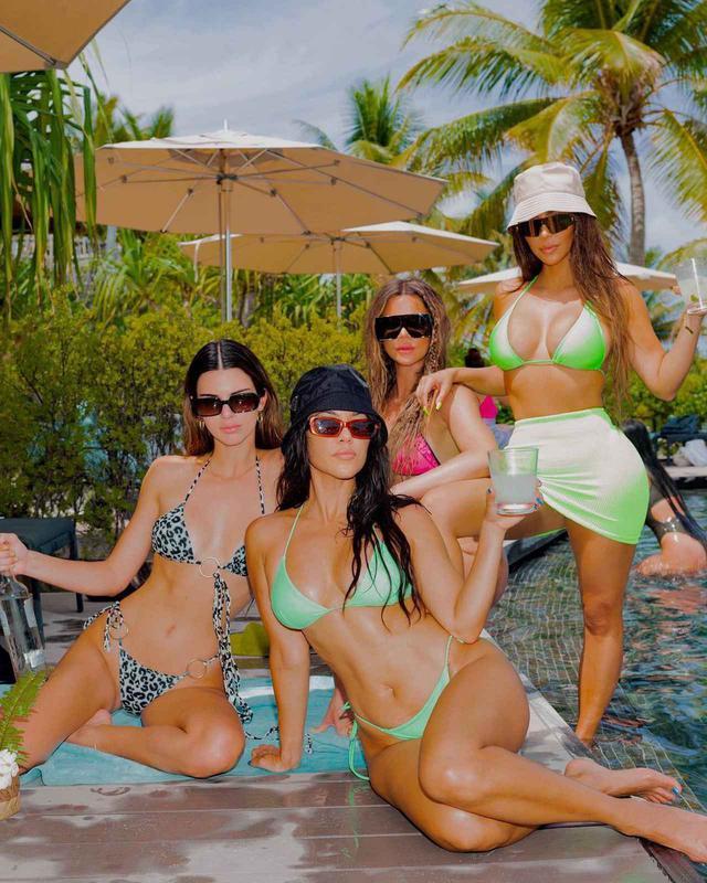 画像: カーダシアン家は島で過ごす様子を収めた写真を、SNSに大量投稿して批判されることに。