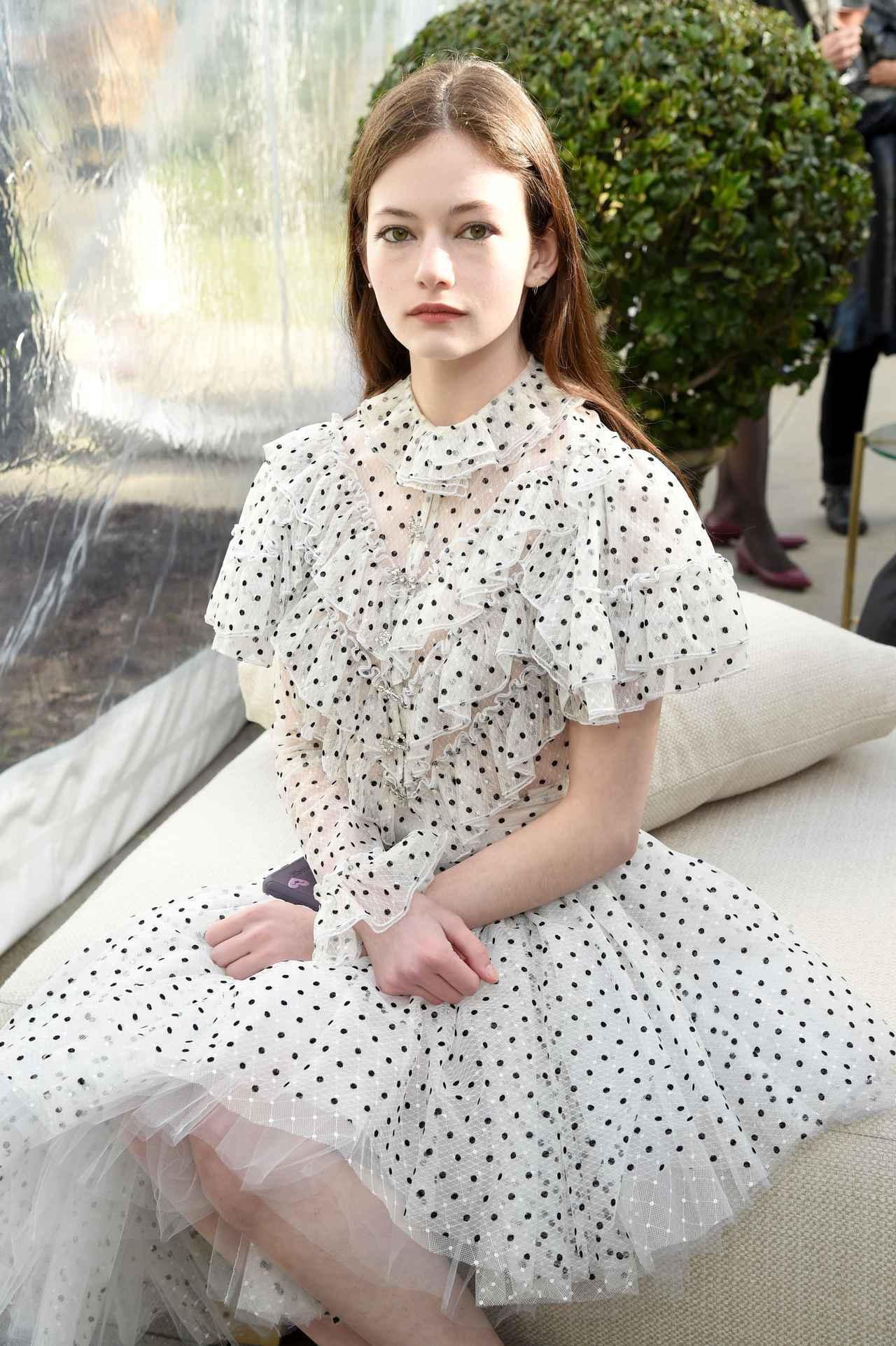 画像: 妖精のような儚いオーラでもデザイナーたちを魅了するマッケンジー・フォイ。Rodarteの2019秋冬コレクションにて。