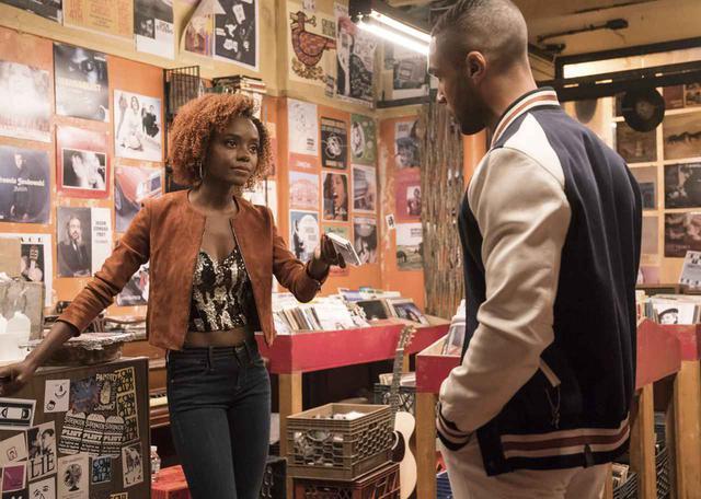 画像: NYに引っ越してきたばかりのジョシー(左)は、アースカラーを中心とした70sの雰囲気。都会に馴染んでいくうちにどんどんファッションが洗練されていく!