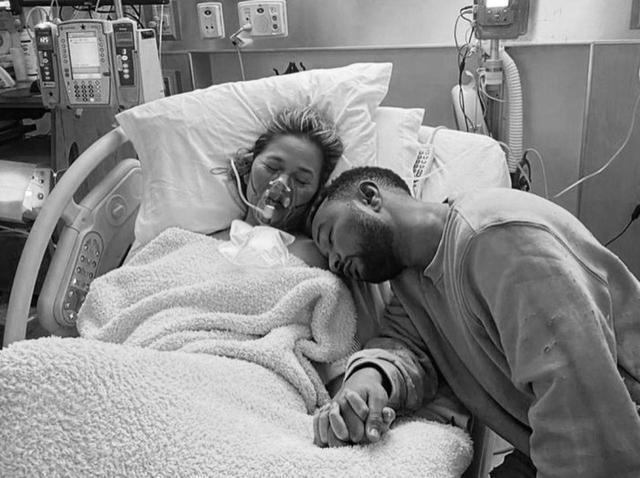 画像: クリッシー・テイゲン、死産した子供との写真を撮影&公開にふみきった「理由」に心打たれる - フロントロウ -海外セレブ情報を発信
