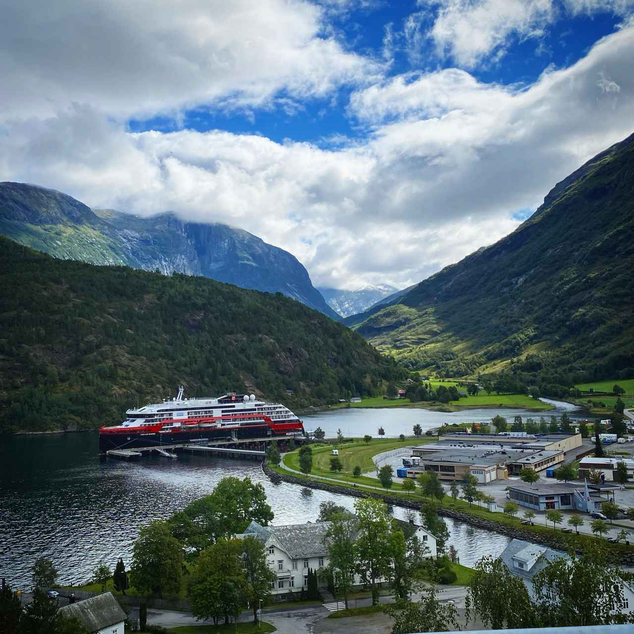 画像: ノルウェーの漁港に停泊しているところを撮影されたクルーズ船。