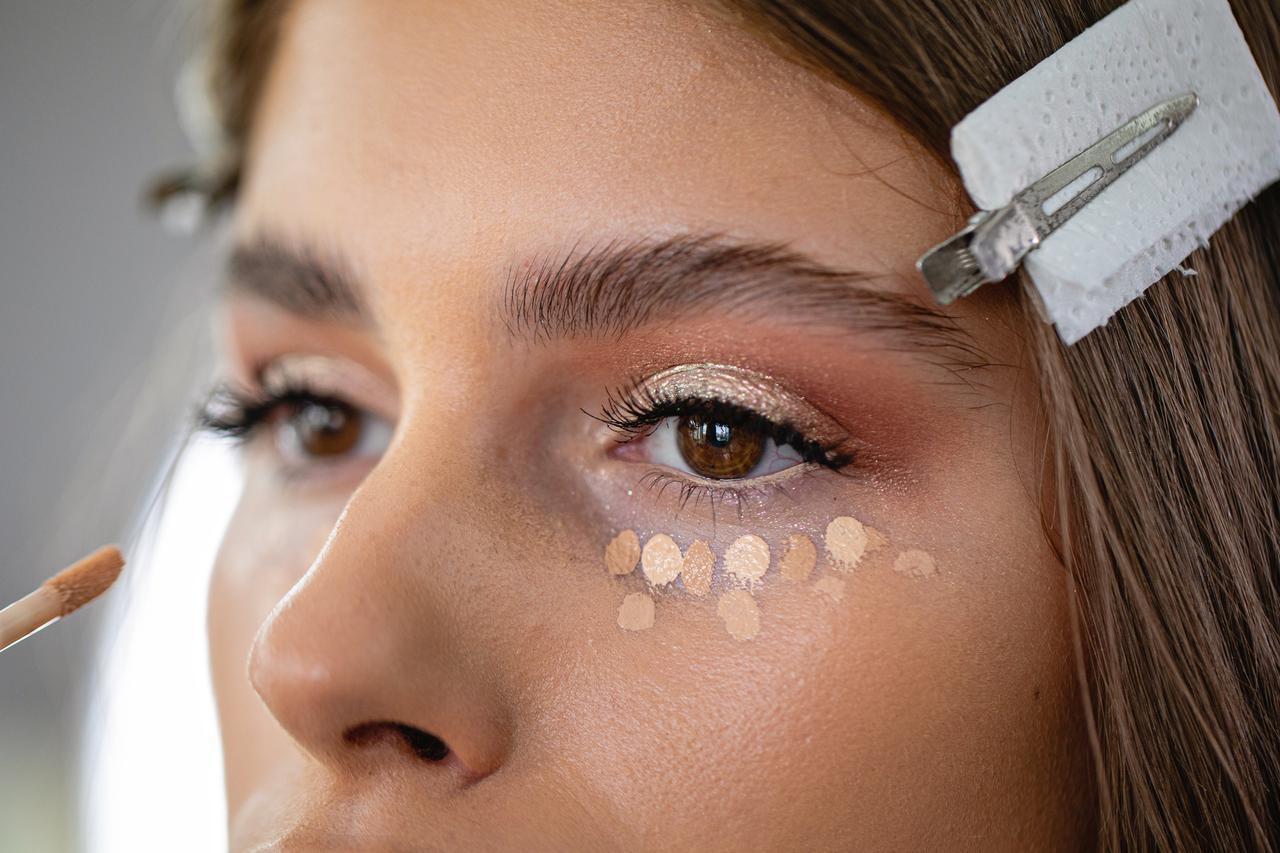 画像: 気になる目元をカバーするコンシーラーテク