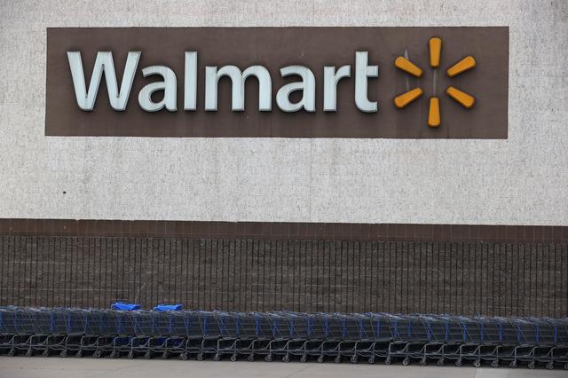 画像: ウォルマートの女性店員が店内放送で辞職を宣言
