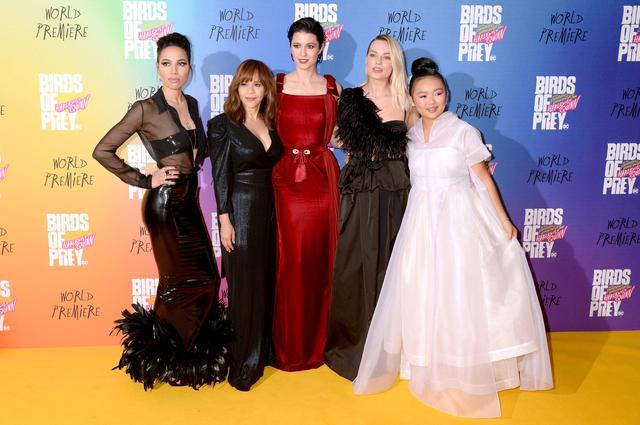 画像: 女性監督のキャシー・ヤンが指揮をとったDC映画『ハーレイ・クインの華麗なる覚醒 BIRDSOFPREY』に出演した(左から右に)ジャーニー・スモレット=ベル、ロージー・ペレス、メアリー・エリザベス・ウィンステッド、マーゴット・ロビー、エラ・ジェイ・バスコ。