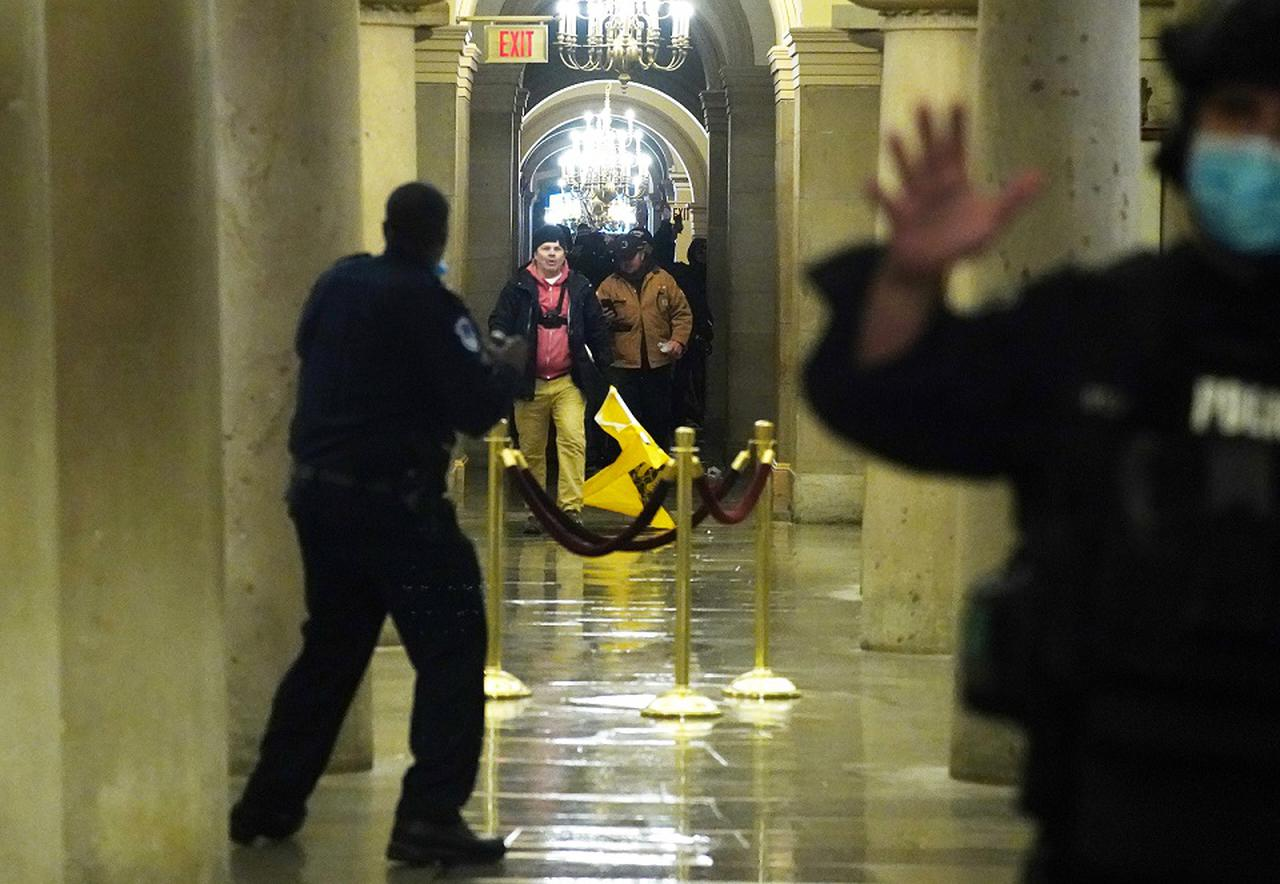 画像2: トランプ大統領を支持するデモ隊が米議会議事堂を襲撃