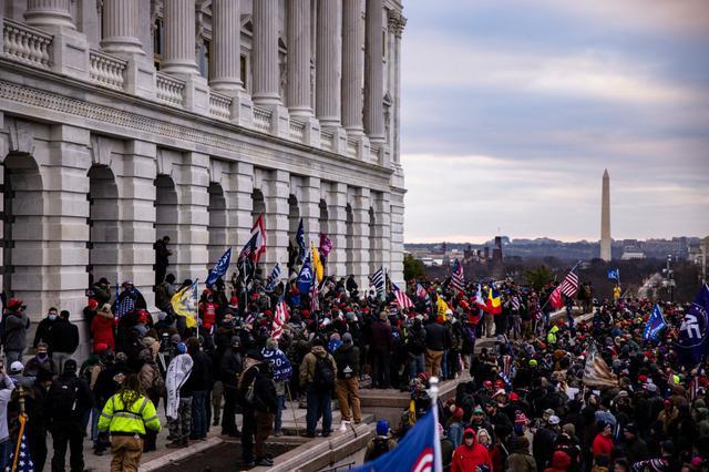 画像1: トランプ大統領を支持するデモ隊が米議会議事堂を襲撃