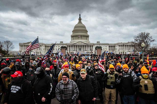 画像1: アメリカ連邦議会の議事堂が占拠される