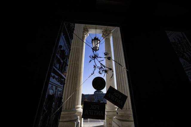 画像1: 一夜明け…、議事堂内の様子