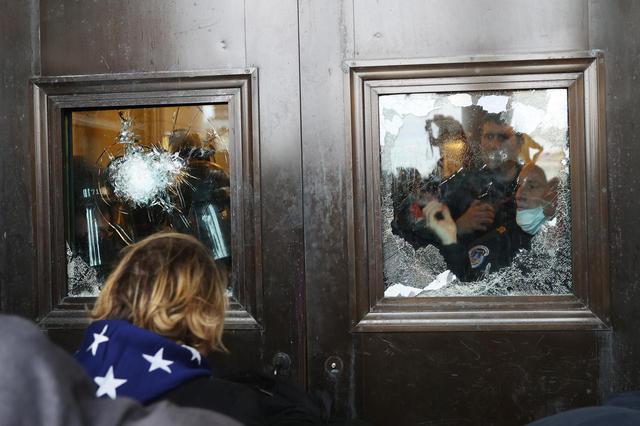 画像2: アメリカ連邦議会の議事堂が占拠される