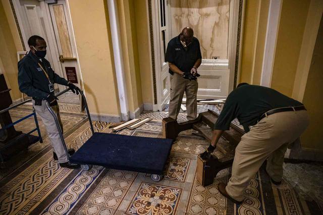 画像9: 一夜明け…、議事堂内の様子