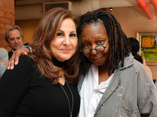 画像: キャシー・ナジミー(左)とウーピー・ゴールドバーグ(右)。
